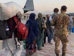 20210825-warga-afganistan-dibantu-pasukan-as-pergi-meninggalkan-negara-itu.jpg