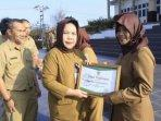 20210904-suswani-menerima-penghargaan-sekolah-adiwiyata-tingkat-provinsi-sdn-37-pangkalpinang.jpg