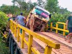 20210907-sebuah-truk-bermuatan-sawit-terperosok-di-jembatan-darurat-sinli-desa-jurung.jpg