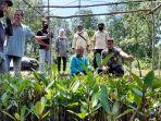 20210908-tim-auditor-klhk-ri-saat-menanam-mangrove-secara-seremonial.jpg