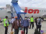 20210914-penumpang-lion-air-turun-di-bandara-papua.jpg