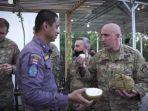 20210922-prajurit-tni-ad-saat-mengajak-tentara-us-army-mencicipi-durian.jpg