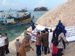 20211017-nelayan-ppn-sungailiat-dan-knpis-bangka-melakukan-aksi-damai.jpg