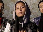 3-remaja-berhijab-asal-garut-bikin-keki-bassist-red-hot-chilli-peppers-siapa-voice-of-baceprot.jpg