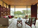a-house-to-retreat-ruang-tamu-karpet-berlimpah-cahaya.jpg