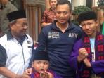agus-harimurti-yudhoyono-berfoto-bersama-masyarakat-betawi-rawa-belong_20161020_222834.jpg
