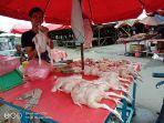ahmad-pedagang-ayam-di-pasar-induk-pangkalpinang-rabu-992020.jpg