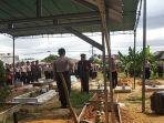 akbp-iman-risdiono-saat-memimpin-upacara-pemakaman.jpg