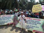aksi-unjuk-warga-desa-tiga-kecamatan-yakni-kelapa_20180723_173829.jpg