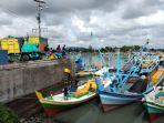 aktivitas-kapal-nelayan-mengisi-muatan-ransum.jpg