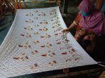 aminah-saat-melukis-kain-batik1414141.jpg