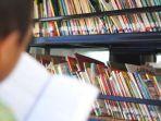 anak-anak-membaca-buku-yang-disediakan-relawan-cawang-atas-kramat-jati.jpg