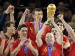 andres-iniesta-bersama-trofi-pahlawan-timnas-spanyol-di-final-piala-dunia-2010.jpg