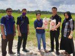 anggota-dprd-babel-rina-tarol-saat-ikut-mendistribusikan-beras-petani-basel.jpg
