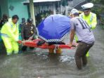 anggota-polisi-bantu-evakuasi-nenek-lumpuh-korban-banjir_20180311_171000.jpg