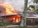 api-saat-membakar-rumah-milik.jpg