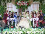 biduanita-dan-kru-new-yenni-musik-saat-berswafoto-bersama-pasangan-pengantin.jpg