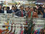 blusukan-ke-bogor-trade-mall-jokowi-dan-presiden-korsel-moon-jae-in-membeli-batik_20171110_004655.jpg