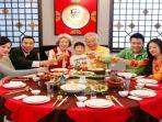 budaya-makan-bersama-sama-warga-tionghoa_20180216_110457.jpg