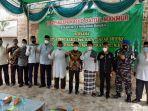 bupati-bangka-mulkan-menyerahkan-bantuan-dana-sebesar-rp25-juta-untuk-pembangunan-masjid.jpg