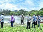 bupati-bangka-mulkan-saat-meninjau-dermaga-yang-akan-dibangun-untuk-para-nelayan-di-desa-rebo.jpg