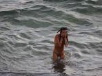 cewek-berenang-di-pantai_20180323_092855.jpg