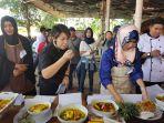 chef-desi-juri-lomba-bangka-belitung-food-festival-mencicipi-masakan-lempah-kuning-peserta_20171213_120552.jpg