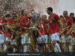 cristiano-ronaldo-mengangkat-trofi-liga-champions.jpg