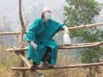 demi-obati-pasien-yang-demam-di-tengah-pandemi-seorang-dokter-rela-mendaki.jpg