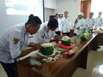dua-chef-mengukir-buah-pada-workshop-fruit-carving-dan-cake-decoration_20180912_214311.jpg