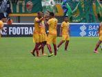 dua-pemain-sriwijaya-fc-hilton-moreira-dan-beto-goncalves-merayakan-gol_20170513_224647.jpg