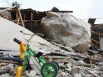 dua-rumah-warga-yang-terdampak-parah-akibat-tertimpa-batu-besar.jpg