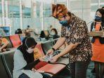 egm-pt-ap-ii-bandara-depati-amir-pangkalpinang-muhammad-syahril-membagikan-masker-kepada-penumpang.jpg