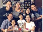 ernest-prakarsa-kumpul-bersama-keluarga-saat-merayakan-ulang-tahun-ayahnya.jpg