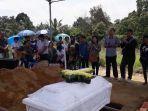 fatimah-saat-memeluk-foto-putrinya-ketika-pemakaman-peti-jenazah-michelle.jpg