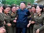 foto-kim-jong-un-dan-para-wanita-militer-korut_20180609_101302.jpg