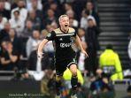 gelandang-ajax-amsterdam-donny-van-de-beek-merayakan-gol-yang-dicetaknya.jpg