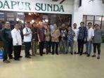 gubernur-babel-erzaldi-berfoto-bersama-perwakilan-masyarakat-belitung_20171117_211508.jpg