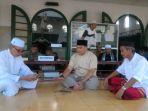 gubernur-babel-erzaldi-nampak-sedang-mengobrol-dengan-pengurus-masjid-jamik-pangkalpinang_20180613_152407.jpg