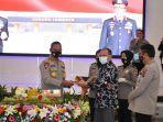 gubernur-provinsi-bangka-belitung-erzaldi-rosman-mendapatkan-pin-emas-kehormatan.jpg