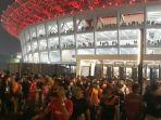 jakmania-keluar-dari-dari-area-stadion-secara-tertib-di-pintu-g-sugbk.jpg