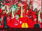 kapten-liverpool-steven-gerrard-mengangkat-trofi-liga-champions-2004-2005.jpg