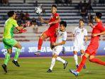 kapten-timnas-u-22-singapura-irfan-fandi-saat-berebut-bola-dengan-pemain-laos.jpg