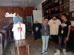 karyawan-di-toko-setal-sambil-memperkenalkan-produk-baju-asli-bangka.jpg