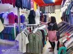 karyawan-toko-pakaian-daniel-memperlihatkan-beragam-jenis-pakaian-rabu-05082020.jpg