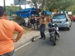 keberatan-ditilang-polisi-seorang-pengendara-sepeda-motor-di-kota-mamuju_20180902_083552.jpg
