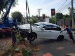 kecelakaan-tunggal-sedan-putih-jalan-soekarno-hatta-05.jpg