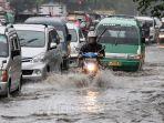 kendaraan-bermotor-berjalan-merayap-melintasi-genangan-banjir.jpg