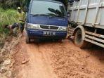 kendaraan-melintasi-jalan-rusak-di-desa-saing-dan-desa-sangku.jpg