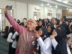 kepala-bkn-ri-bima-haria-ber-selfie-bersama-para-cpns-pemkot.jpg